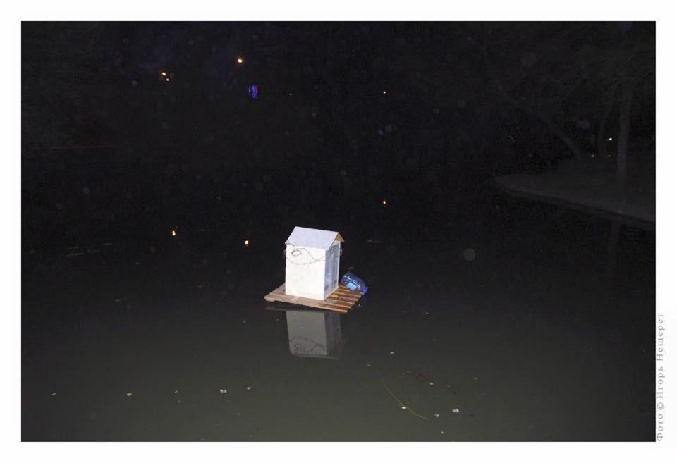 Денис Уранов. Эта выставка закрыта от зрителя и выпущена на озеро, она может быть радикальным, протестным, или же просто омерзительным искусством. 2015