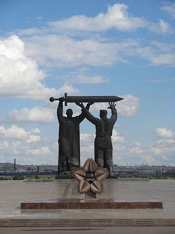 24-locmanov-book-360px-monument_-ty-l_-_frontu-_v_gorode_magnitogorske