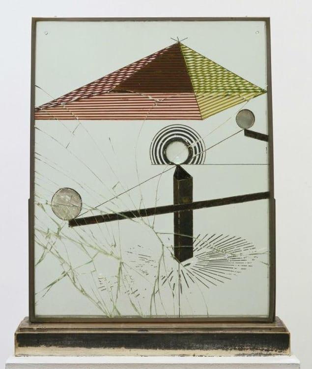 Марсель Дюшан. Смотреть (с другой стороны стекла) одним глазом, вблизи, около часа, 1918, живопись, масло, лист серебра, металлическая нить, увеличительное стекло (разбитое), 50 x 40 см, установлен между двумя стеклянными панелями в металлической раме, на окрашенной деревянной основе. Наследие Катерины С. Дрейер, коллекция Музея Современного Искусства Нью-Йорк (МоМА).