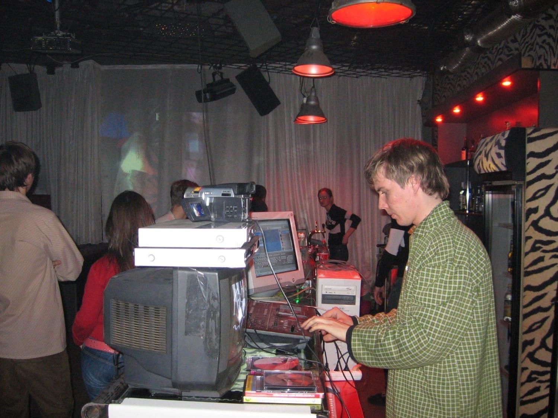 Владимир Логутов диджеит в клубе «Квартира» (Екатеринбург), 2005