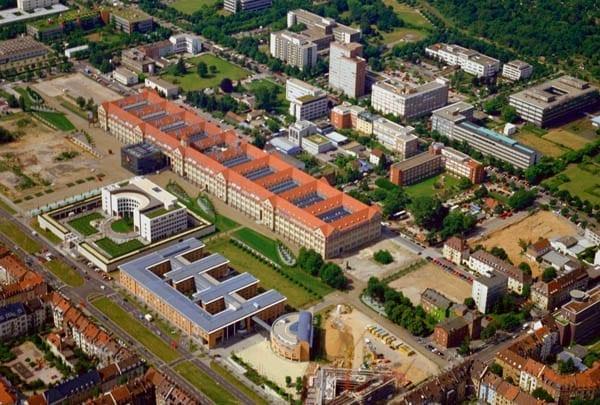 Центр искусств и медиатехнологий (ZKM). Карлсруэ. Основан в 1989 году, здание частично реконструировано и дополнено медиакубом, реализация проекта завершена в 1997 году