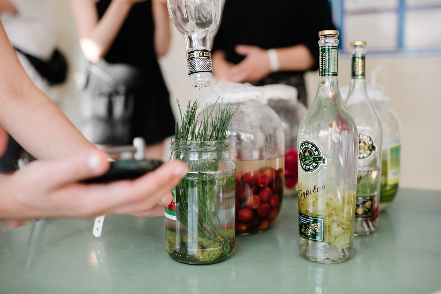 Анна Андржиевская. Заготовка настоек из собранных на юге трав, фруктов и ягод.