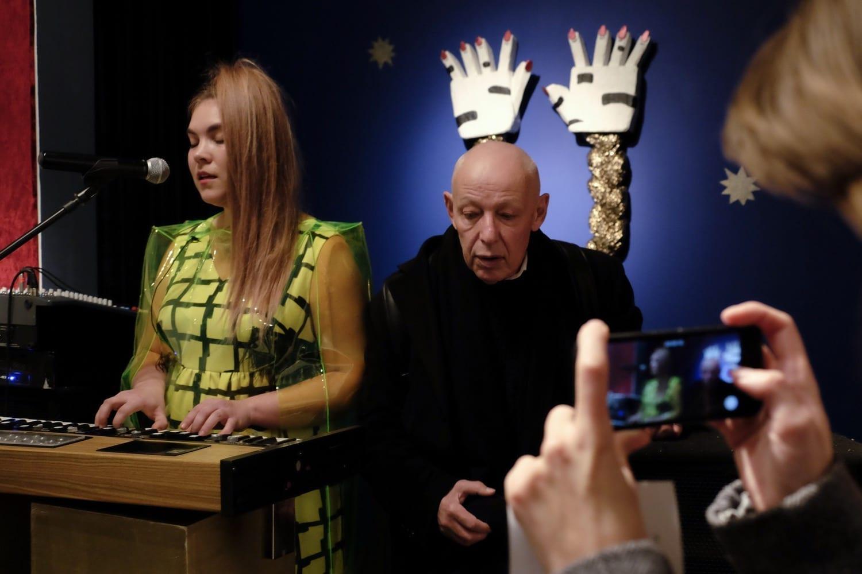 Иосиф Бакштейн на выставке Ульяны Подкорытовой «Косая» на проекте «Старт». ЦСИ «Винзавод», 2016