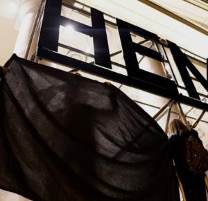Никита Ярков, София Баженова, Диана Мейерхольд, Мария Нелюбова, «Локальное восстание против глобального управления», 2020. Документация перформанса 20 августа: интервенция в мегавыставку «Немосква не за горами» в ЦВЗ Манеж Санкт-Петербурга. Предоставлено авторами.