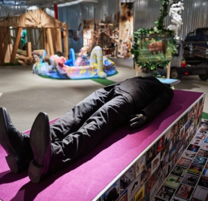 Вид выставки «Немосква не за горами», август 2020. Фото Михаил Вильчук. (В пресс-пакете «Немосквы» не указаны ни авторы, ни названия произведений.)