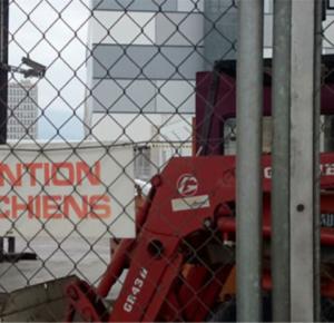 Знак у Женевского свободного порта, предупреждающий о сторожевых собаках. Фото Хито Штейерль.
