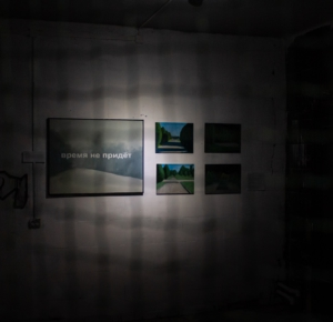 «Время не придет» и «Семиотика сквера». Проекты Ярослава Кудряшова на 2-й Железногорской биеннале. ЖЦСИ «Цикорий». Фото Роман Алёшин, 2020.